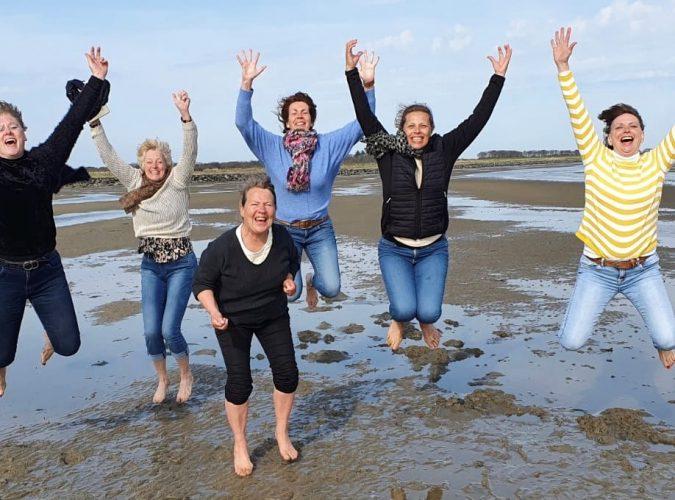 springende dames op het Wad