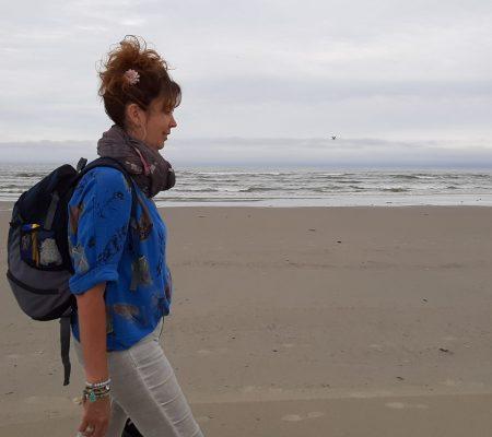 wandelen langs het strand dichterbij