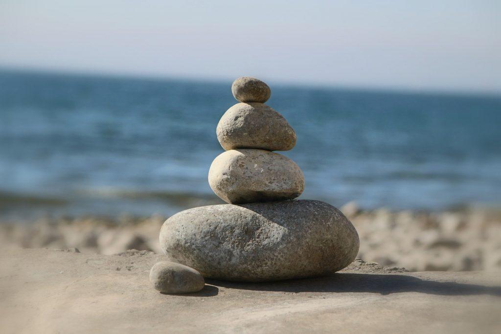 stenen gestapelt aan het strand